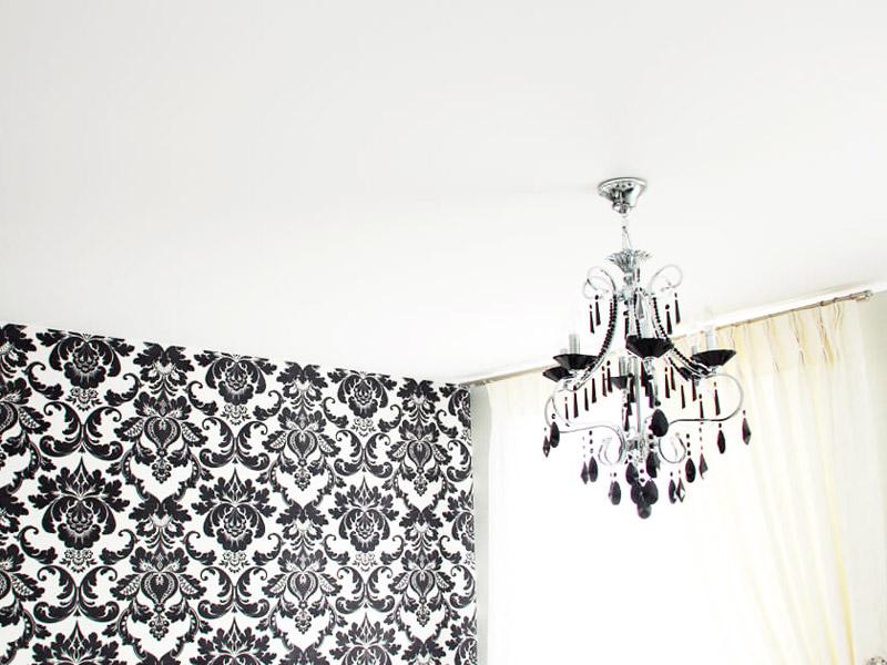 Сатиновый натяжной потолок в комнату 18 кв.м.