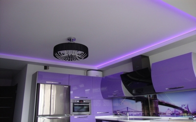 Натяжной потолок с подсветкой на кухню