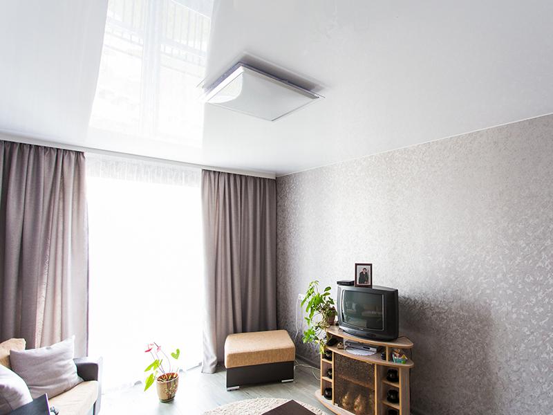 Глянцевый натяжной потолок в спальню 15 кв.м.
