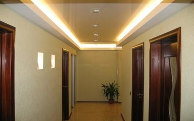 Натяжной потолок с подсветкой в прихожую